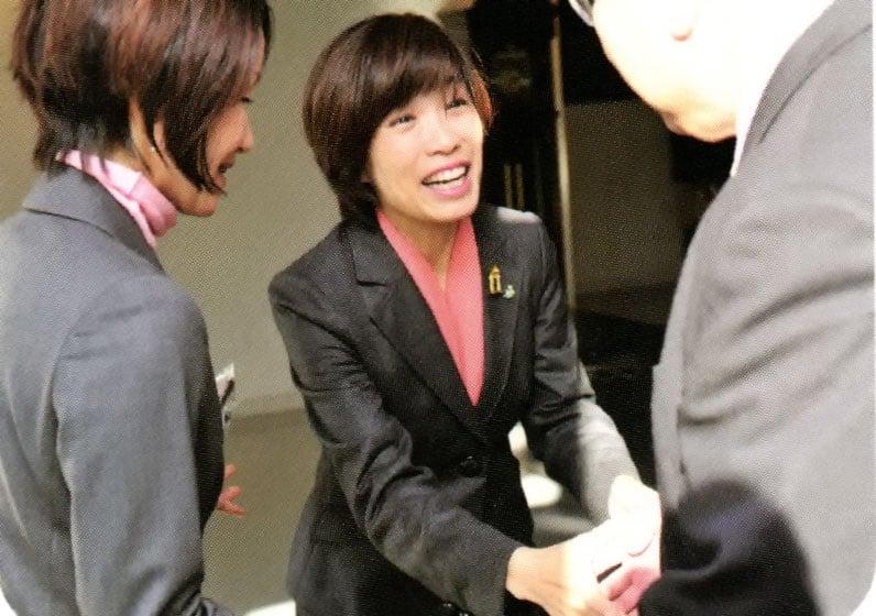 2区党員大会で出席者と握手
